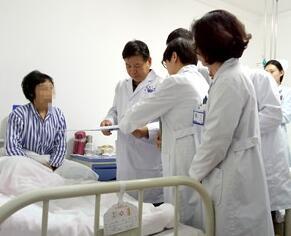张克俭教授询问病人病情