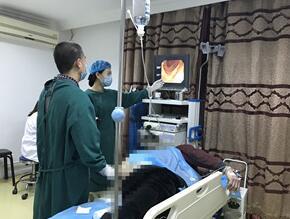 内镜专家为患者检查病情