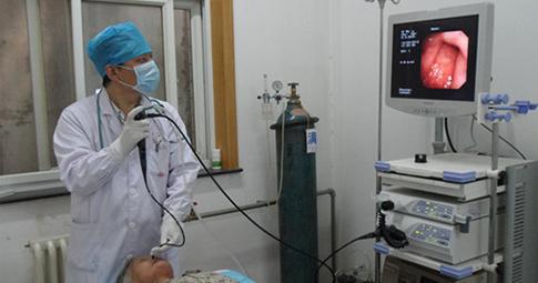 武汉博仕医院胃肠医生正在为患者做病情仪器检查